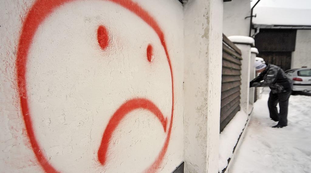 Odstraňování maleb na zdi u novoveselské tvrze