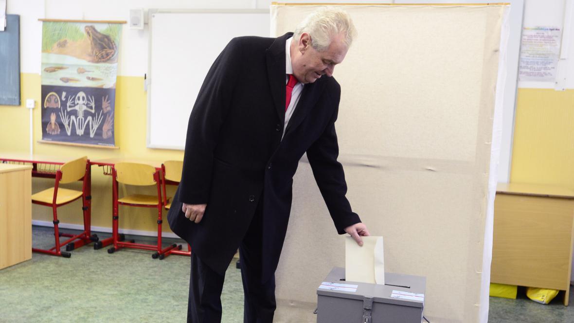 Miloš Zeman volí