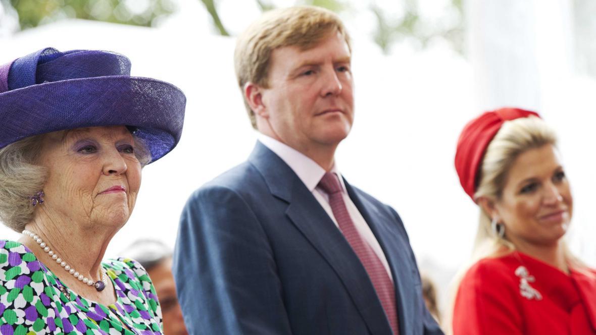 Královna Beatrix a její syn Willem-Alexander s princeznou Maximou