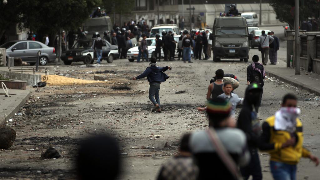 Demonstranti v Káhiře hází kameny na zasahující policisty