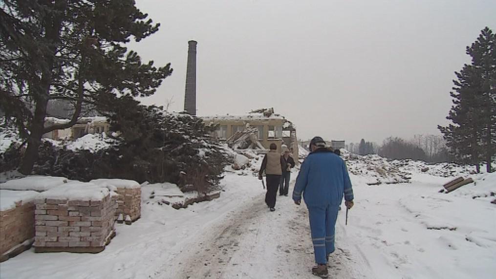 Přípravy na odstřel 36 metrů vysokého komína