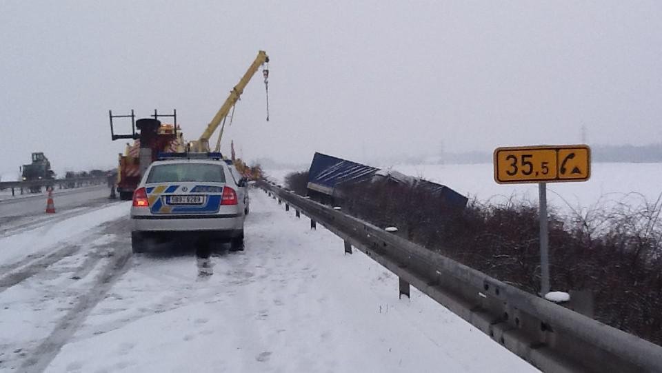 Řidič prorazil svodidla a sjel z dálnice