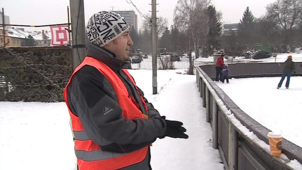 Pan Šoukal stojí od rána do večera u ledové plochy