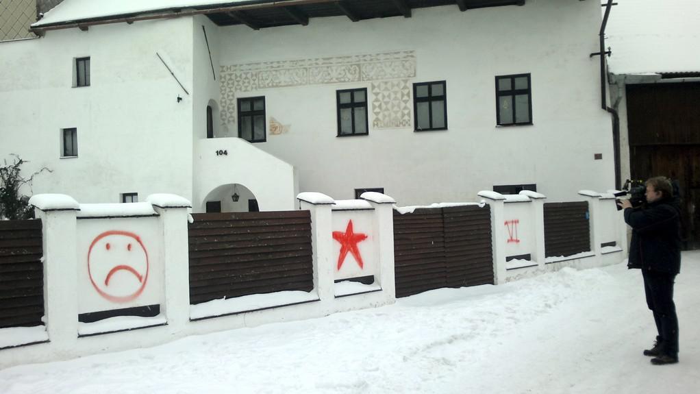 Symboly na plotě domu, kde bydlí Miloš Zeman