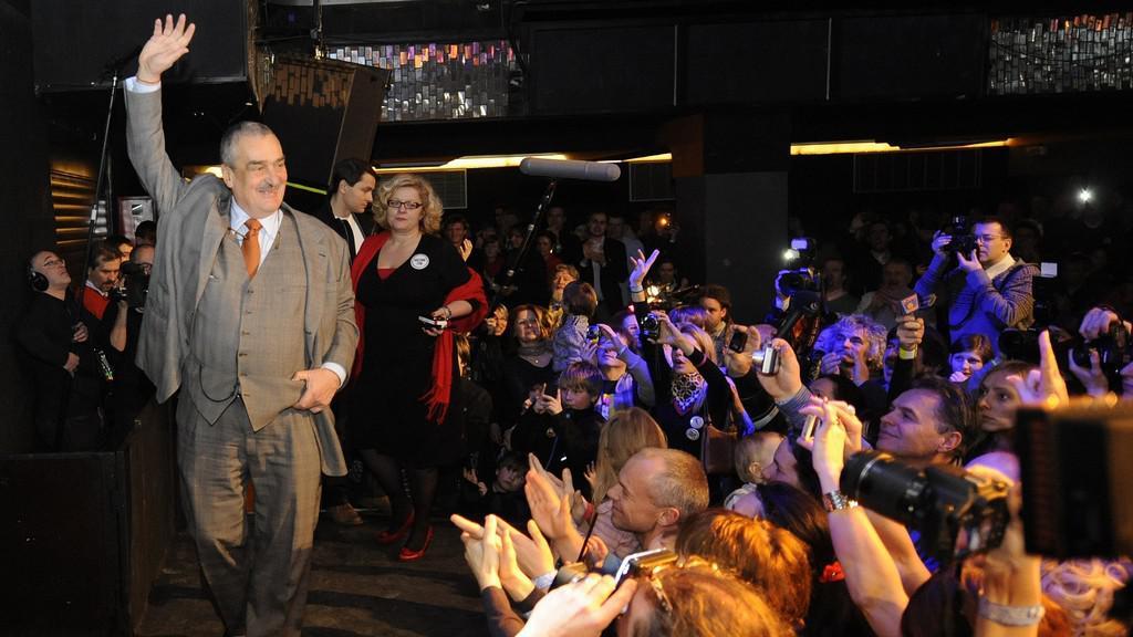 Neúspěšný kandidát na prezidenta Karel Schwarzenberg v pražském Lucerna Music Baru