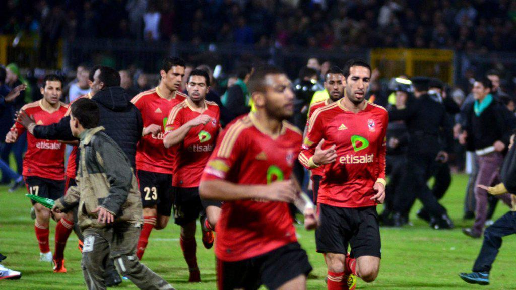Hráči Al-Ahlí prchají před fanoušky