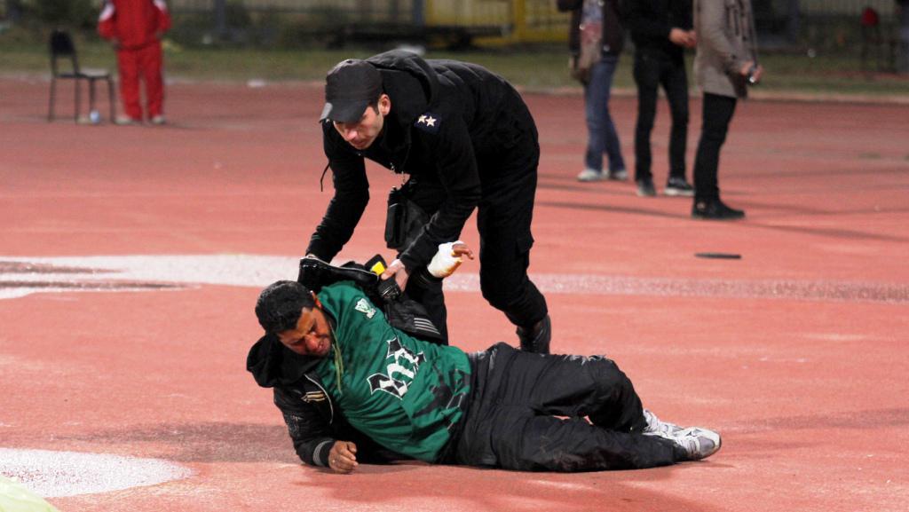 Policista pomáhá zraněnému