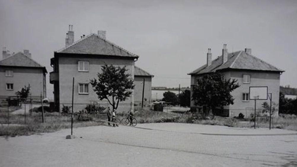 Díky armádě vznikly nejen tyto domy, ale také nedaleká kasárna