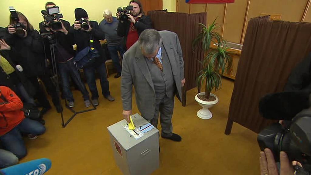 Karel Schwarzenberg hází lístek do urny