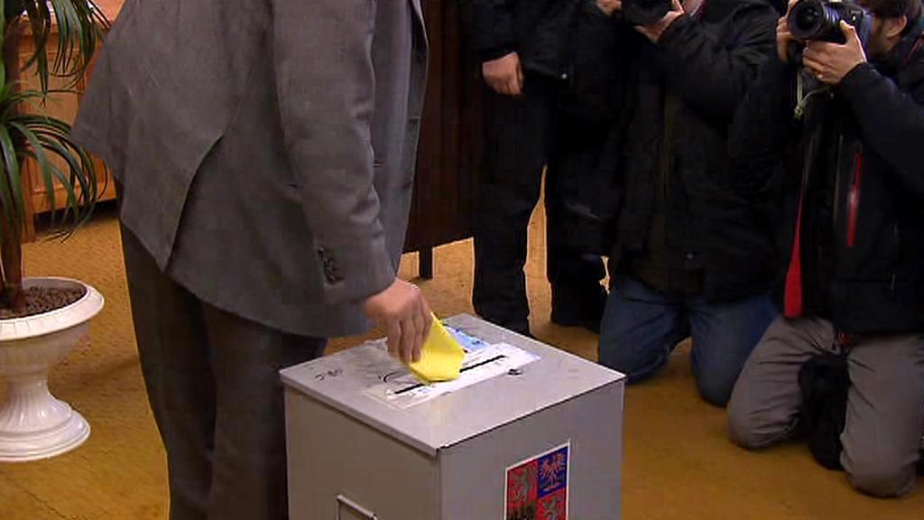 Karel Schwarzenberg hází do urny lístek bez obálky