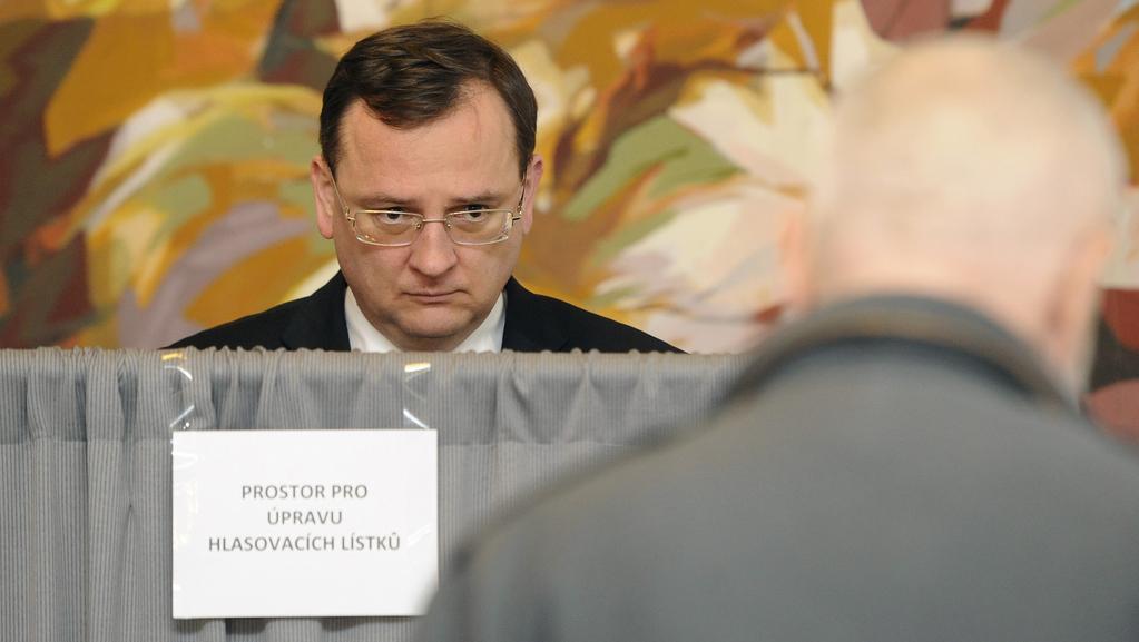 Petr Nečas odevzdává hlas v Poslanecké sněmovně