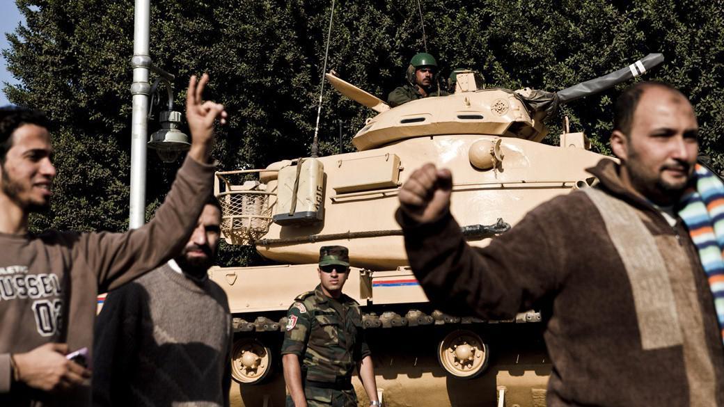 Egyptské vládní tanky hlídají prezidentský palác během bojů