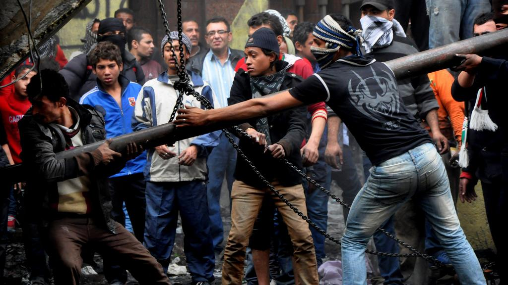 Demostranti se snaží strhnout zeď u náměstí Tahrír