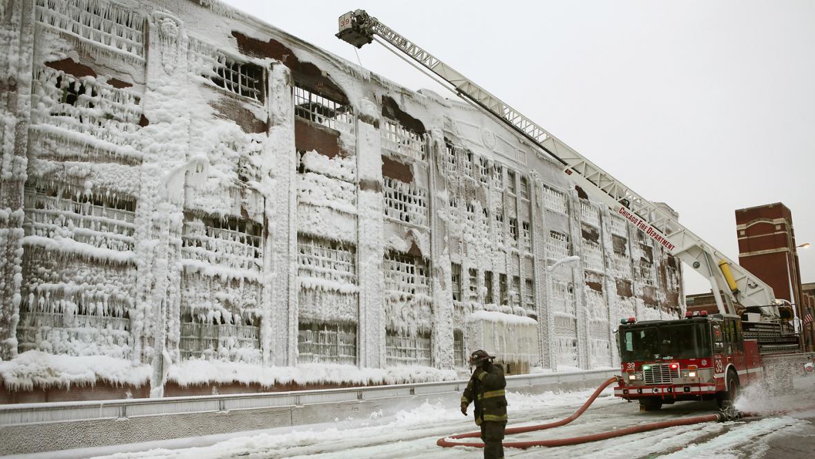 Mráz proměnil spáleniště v Chicagu v ledový palác