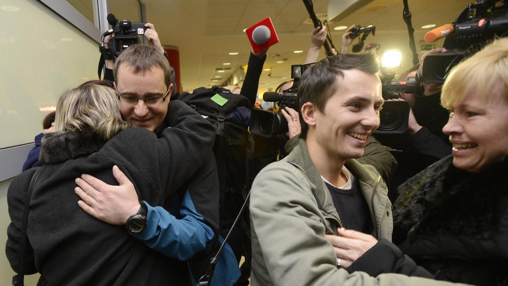 Čeští vývojáři počítačových her Martin Pezlar a Ivan Buchta na pražském letišti