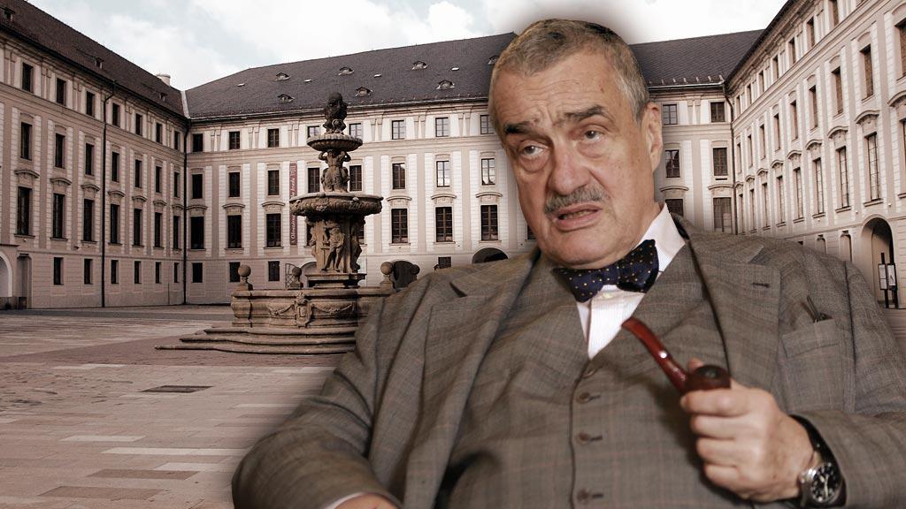 Karel Schwarzenberg na pozadí nádvoří Pražského hradu