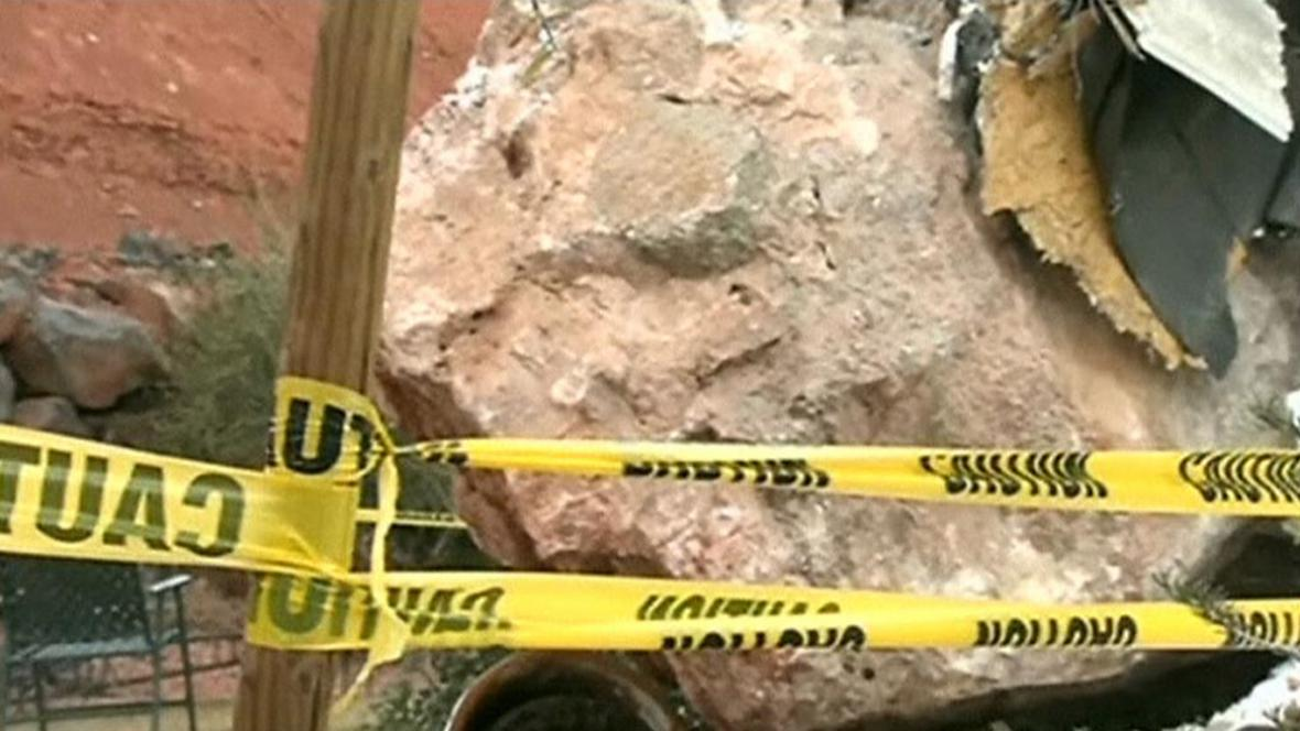 Balvan spadl na dům v americkém Utahu