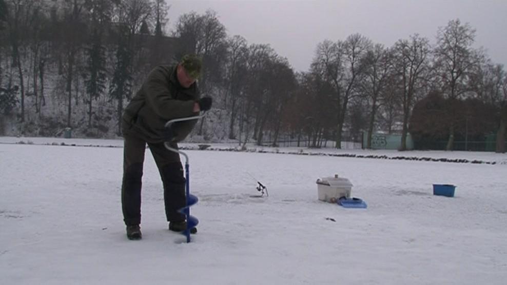 Rybář si nejprve musí vyvrat dírku