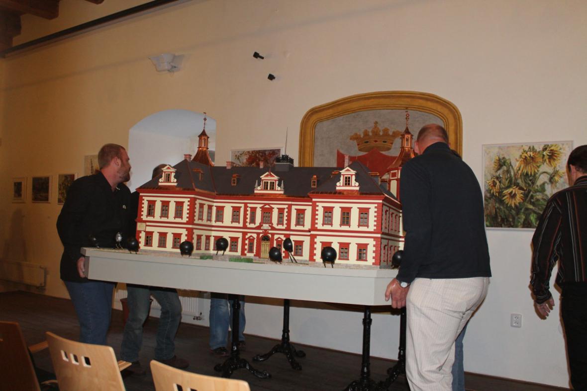 Stěhování miniatury zámku