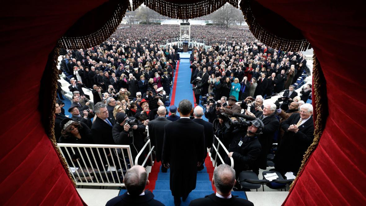 Barack Obama přichází složit prezidentskou přísahu