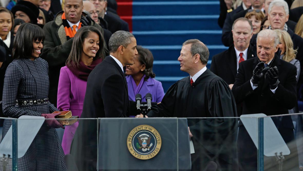 Barack Obama a předseda Nejvyššího soudu USA John Roberts