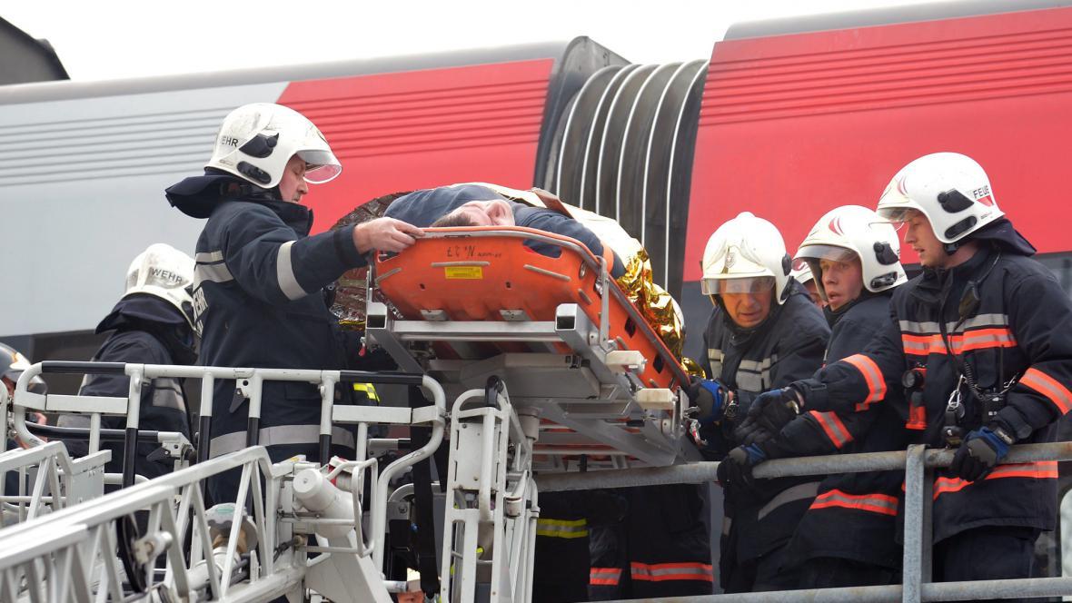 Záchranáři vyprošťovali lidi přes dvě hodiny