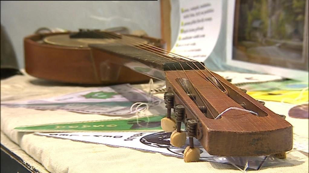Součástí výstavy je i unikátní kytara