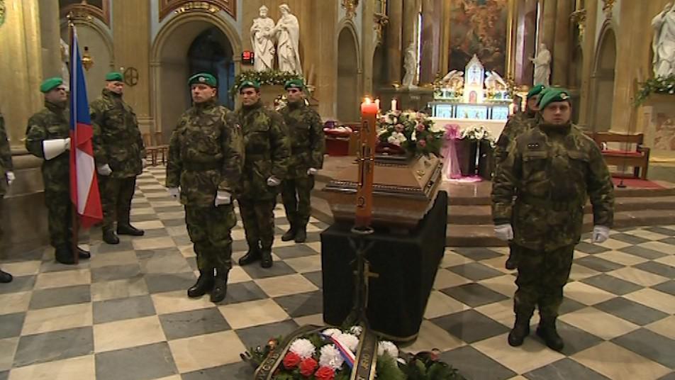 U rakve byla při pohřbu držena čestná stráž
