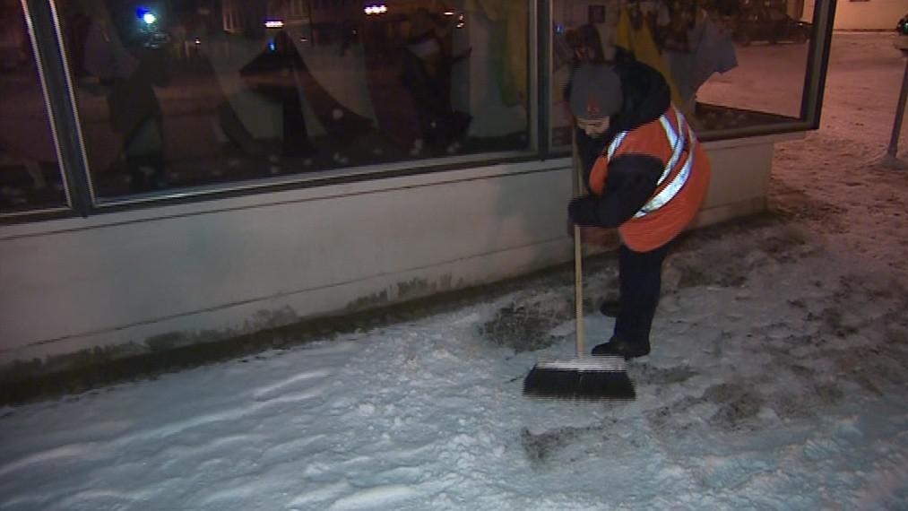 Na ruční zametání chodníků mají v Ivančicích jen dvě pracovnice