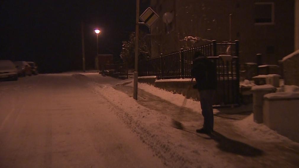 Obyvatelé Ivančic s úklidem sněhu dobrovolně pomáhají