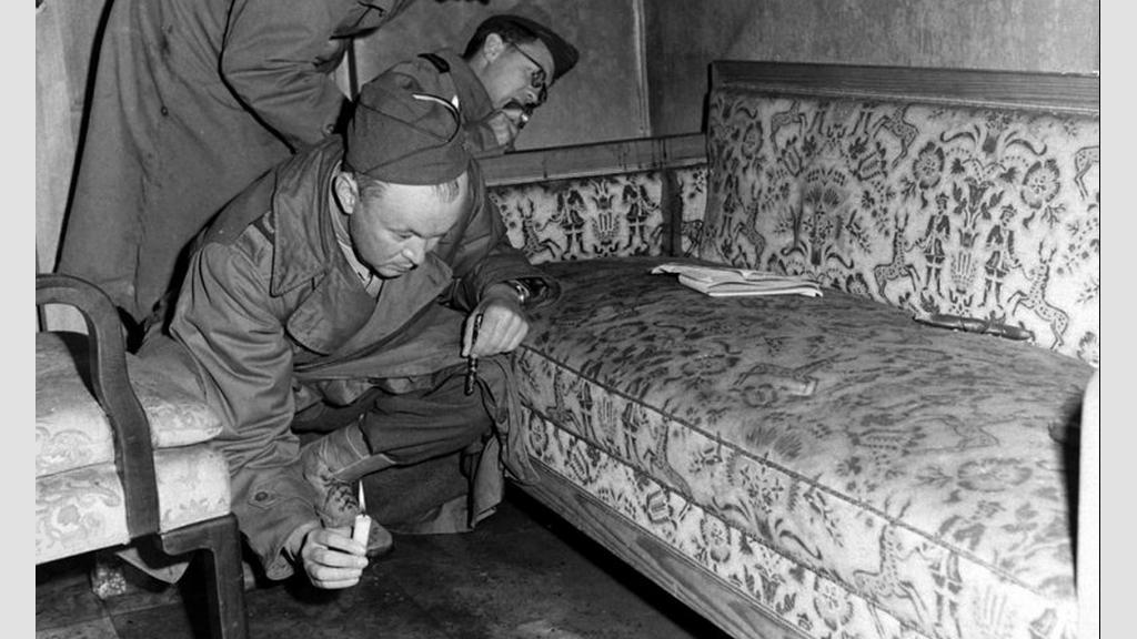Snímek gauče, na kterém se zabil Hitler