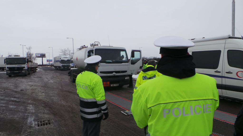 Policisté kontrolovali také zimní výbavu a technický stav vozidel