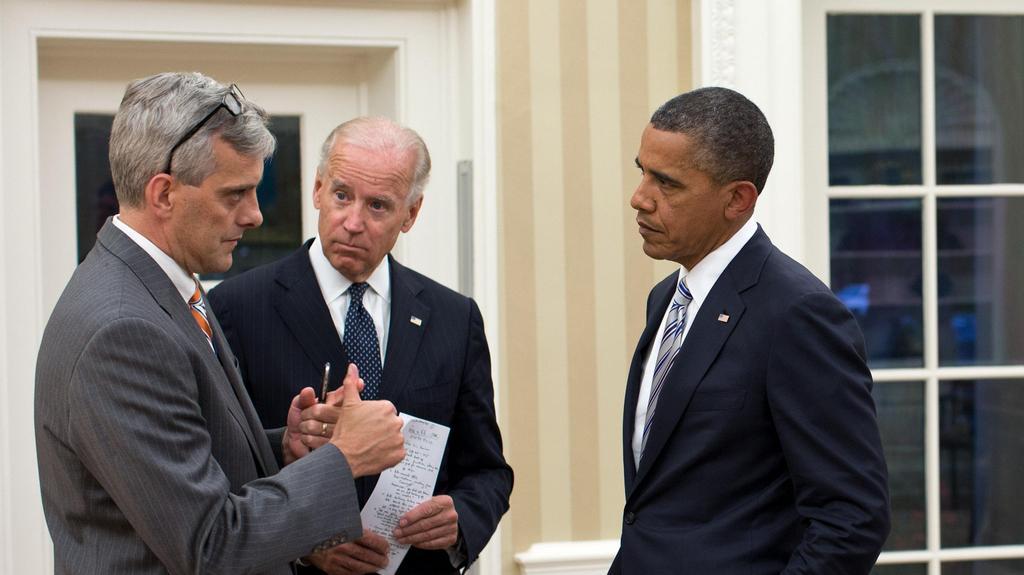 Denis McDonough (vlevo) při diskuzi s Bidenem a Obamou