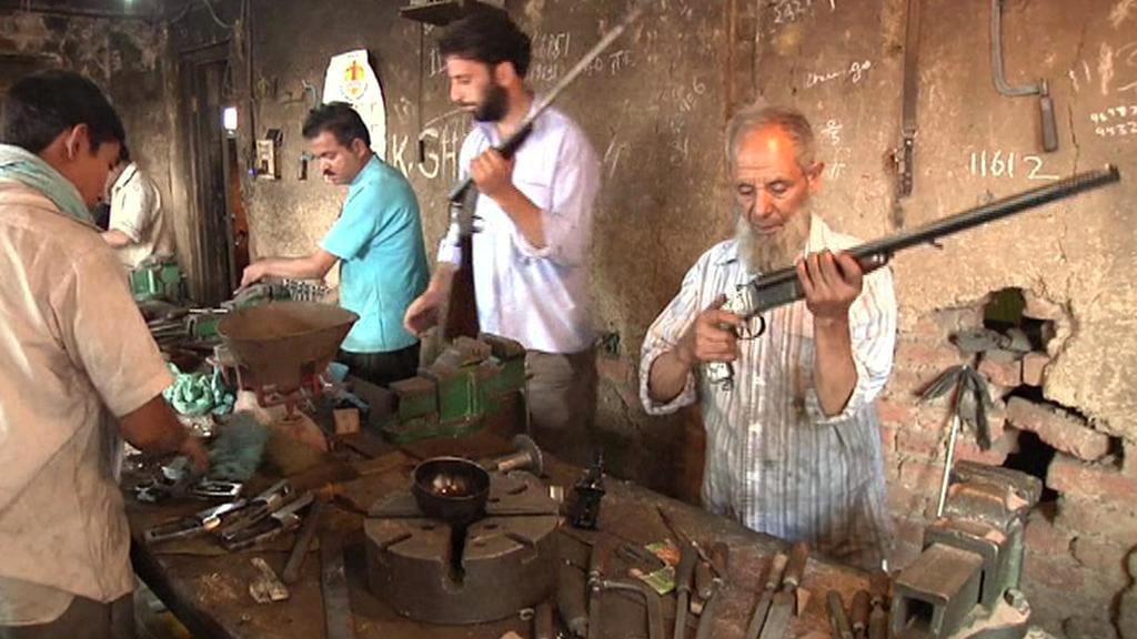 Tradiční výroba zbraní v Kašmíru