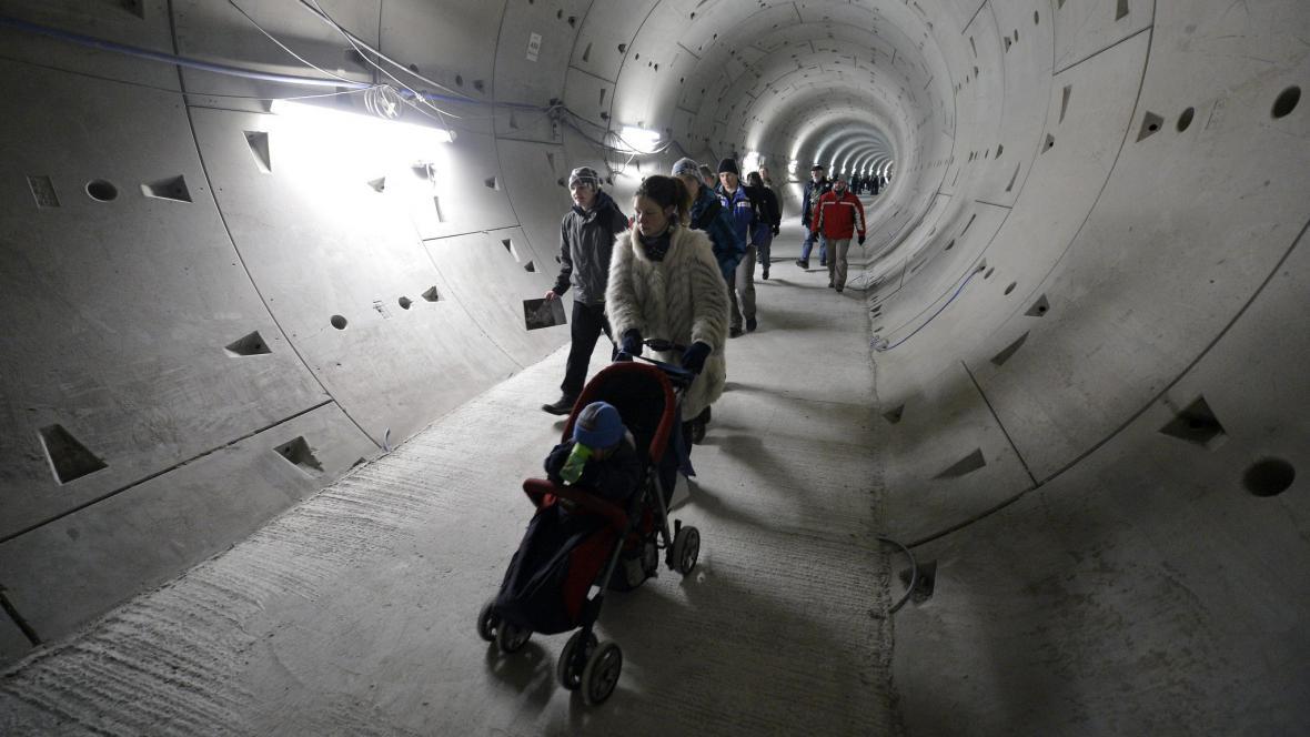 Den otevřených dveří na stavbě nových stanic metra