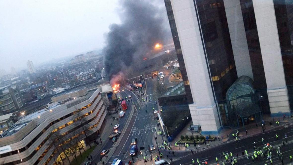 V centru Londýna se zřítil vrtulník