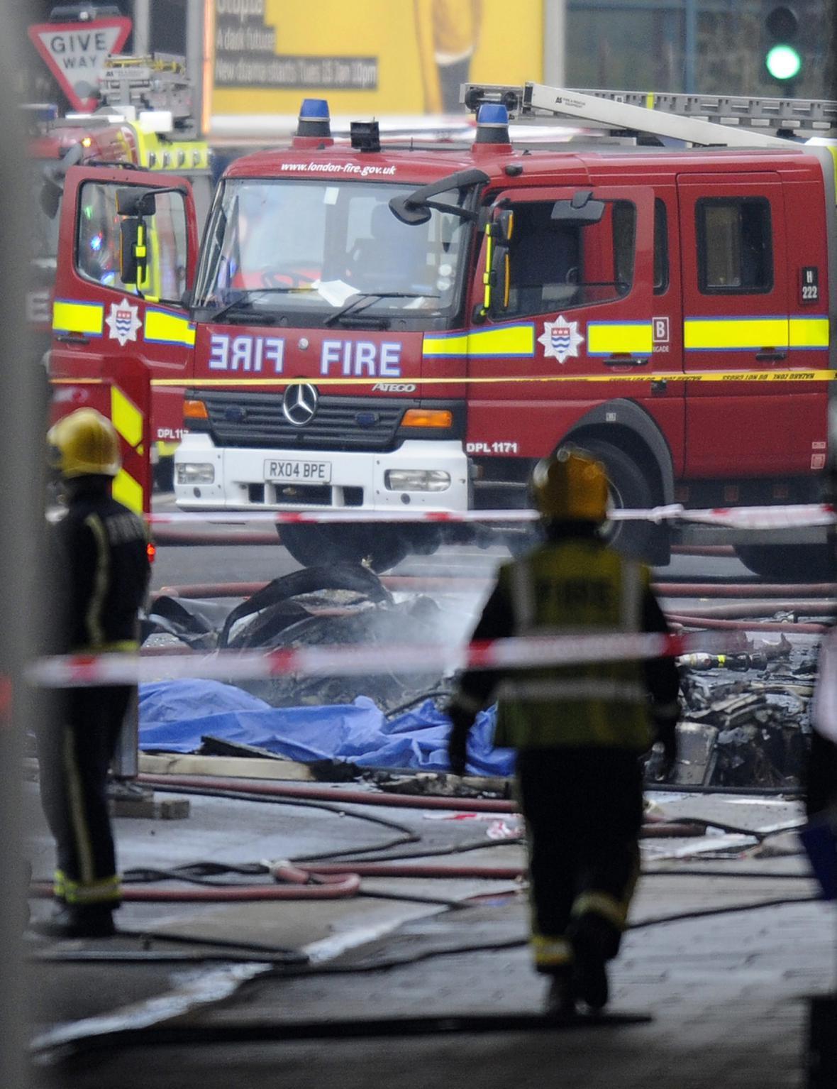 Hasiči zasahují při nehodě vrtulníku v Londýně
