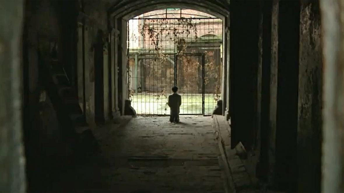 Socha klečícího Hitlera ve varšavském ghettu