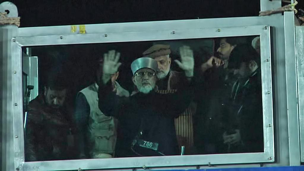Muhammad Tahir Kadrí za neprůstřelným sklem