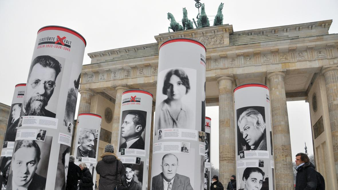 Sloupy s portréty obětí nacismu