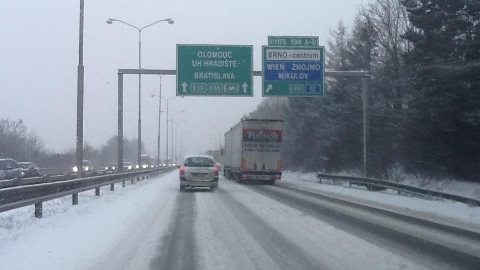 Na dálnicích v okolí Brna leží sníh
