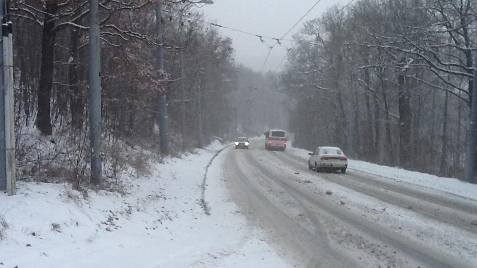 Husté sněžení komplikuje dopravu v Brně