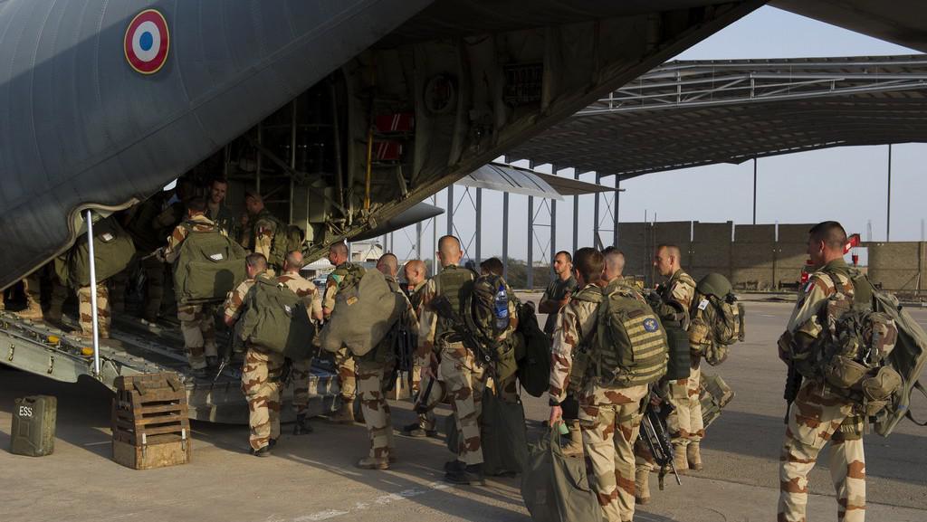 Francouzští vojáci před odletem do Mali