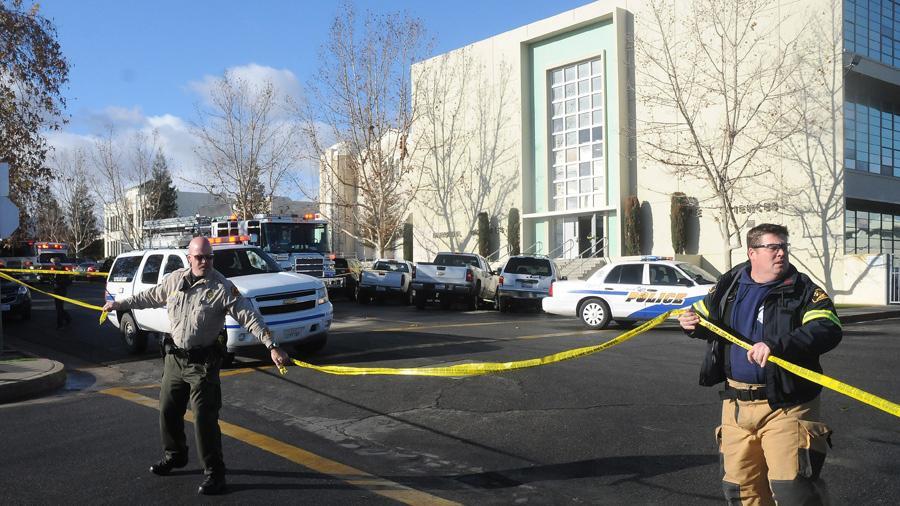 Policisté před školou v Taftu