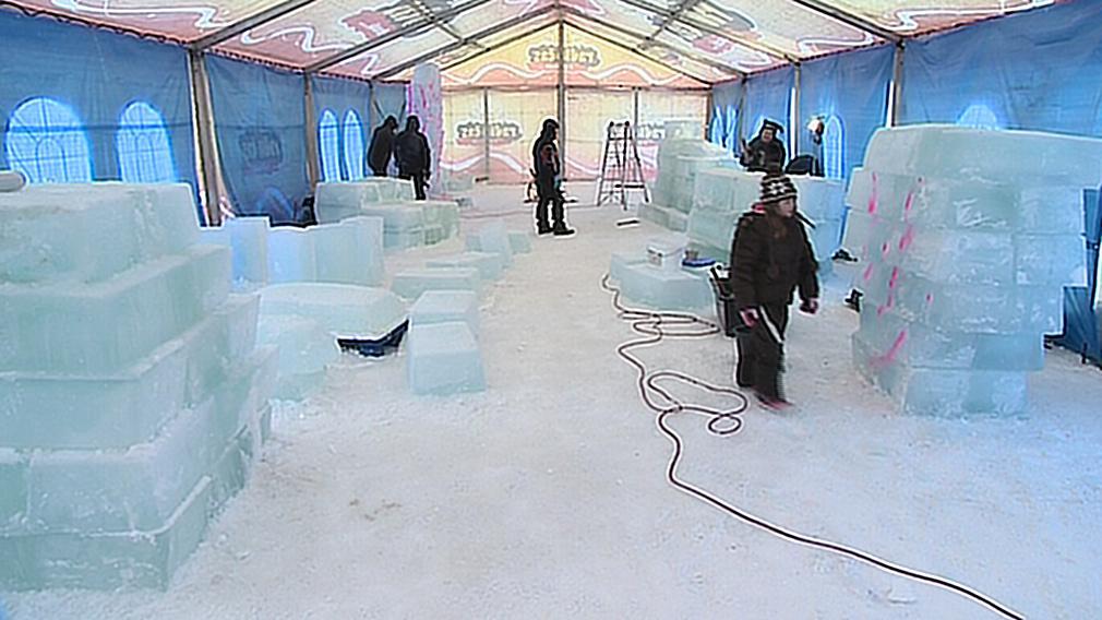 Sochy vznikají z ledových kvádrů