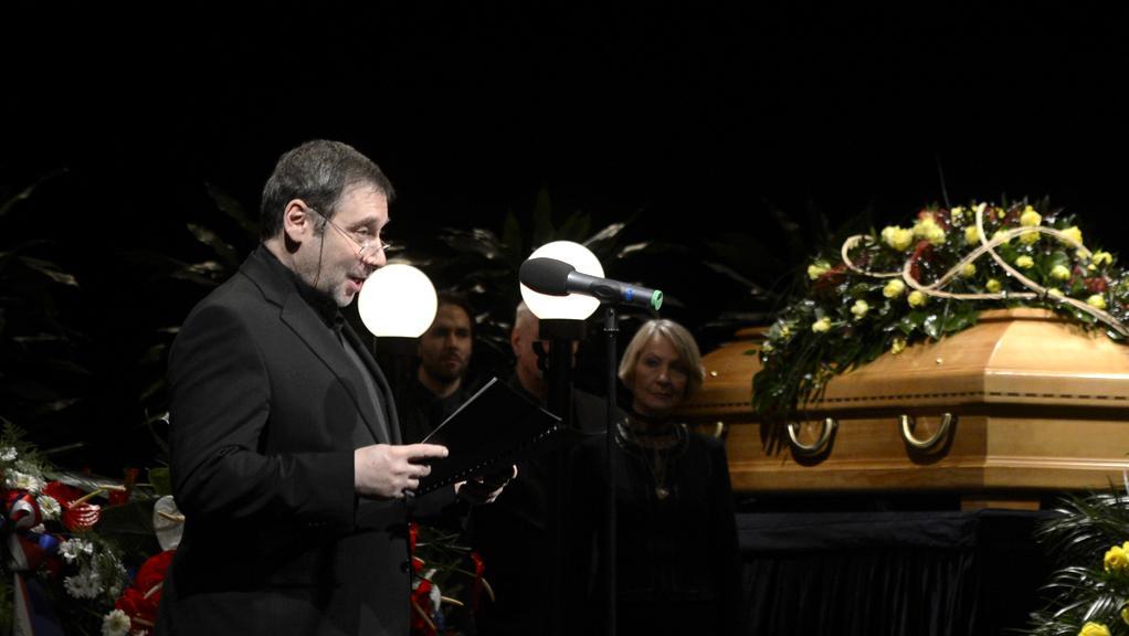 Ředitel divadla Tomáš Töpfer při smutečním proslovu