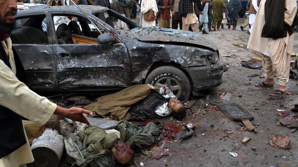 Následky pumového útoku v Pákistánu