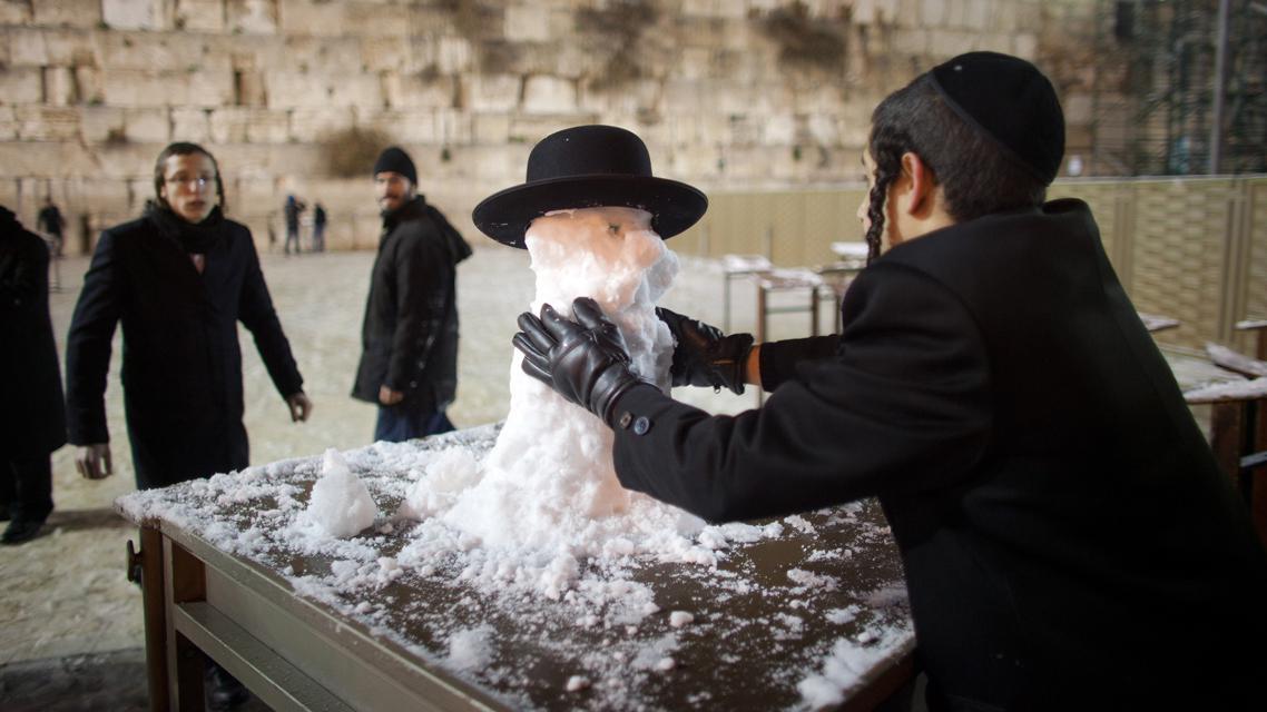 Obyvatelé Jeruzaléma si užívají sněhu