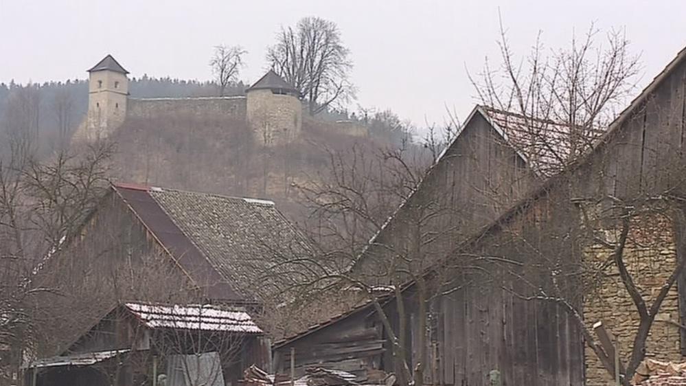 Tvrz nad vesnicí