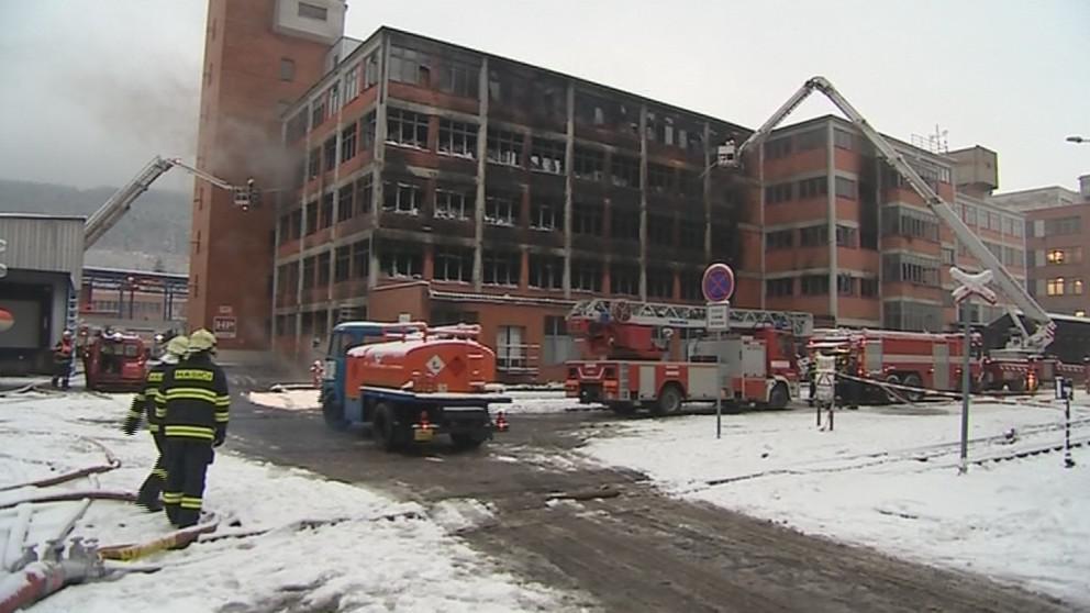 V areálu Svitu zůstávají desítky hasičů